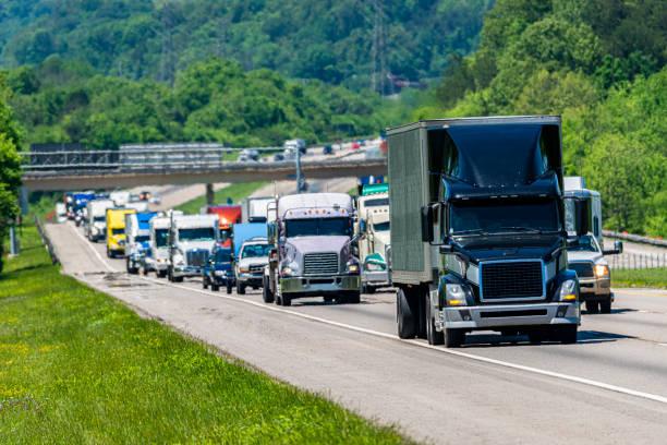 Schwarzer Sattelzug im schweren Interstate-Verkehr – Foto