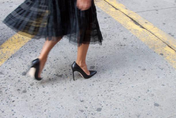 zapatos negros aislados. street style durante la semana de la moda - moda parisina fotografías e imágenes de stock