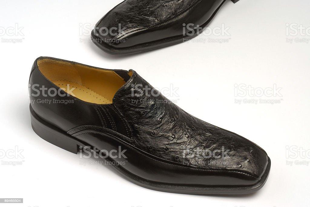 Schwarze Schuhe mit Strauß Leder Lizenzfreies stock-foto