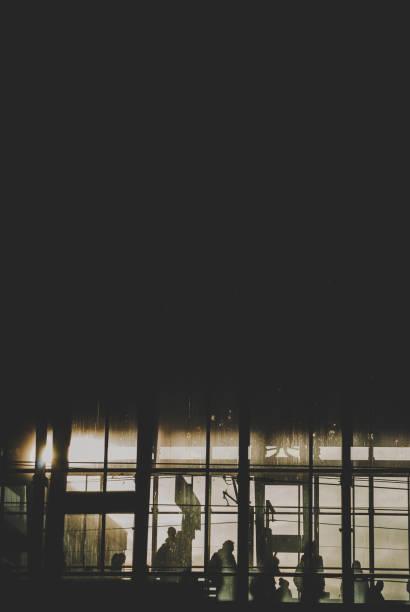 schwarze sillhouettes der wartenden zug auf die u-bahnstation - demographie deutschland stock-fotos und bilder