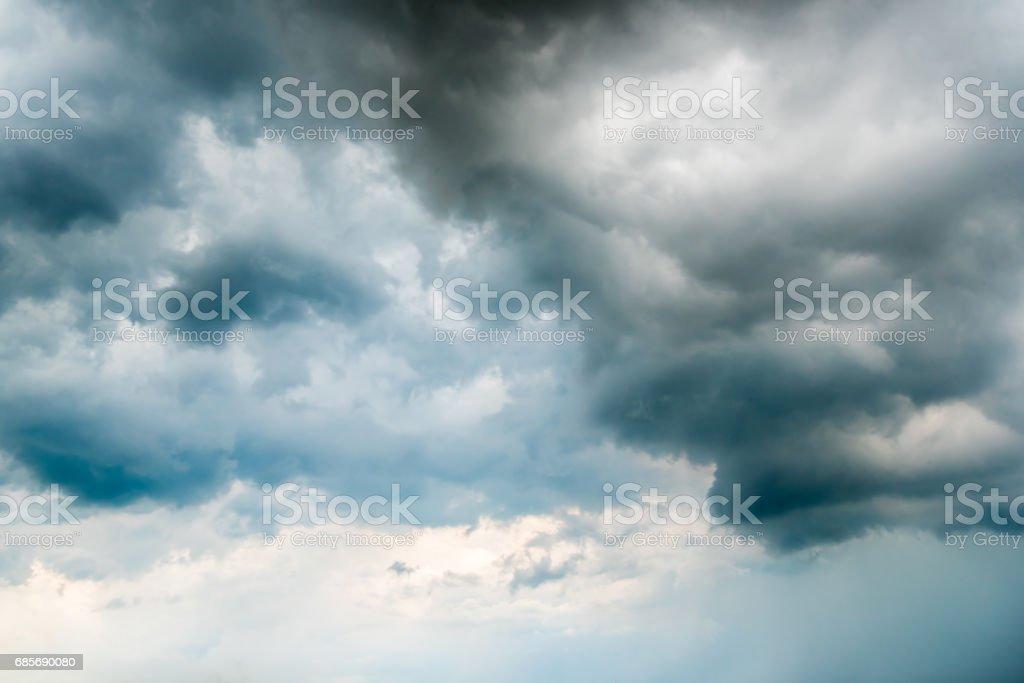 검은 하늘 한 천둥 전에 어두운 구름의 배경. 매우 어두운 구름 배경의 어두운 폭풍우 구름 사이로 비치는 햇빛 royalty-free 스톡 사진