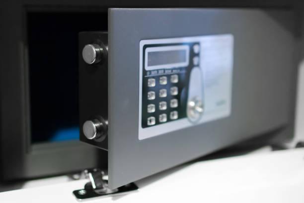 zwart klein huis of hotel veilig met toetsenbord. - brandkast beveiligingsapparatuur stockfoto's en -beelden