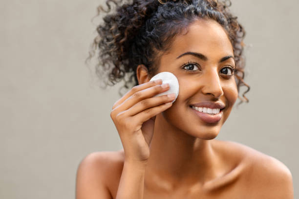 zwarte lachende vrouw verwijderen make-up - vrouw schoonmaken stockfoto's en -beelden