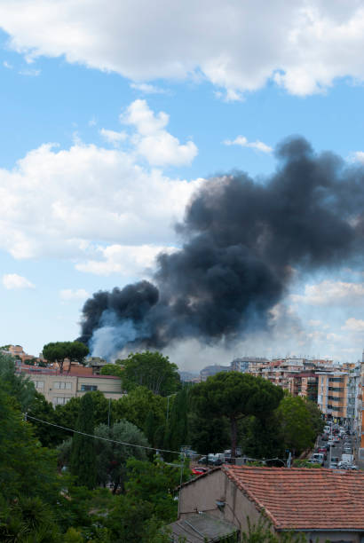 Black smoke caused by a fire in the Centocelle district of Rome - foto stock