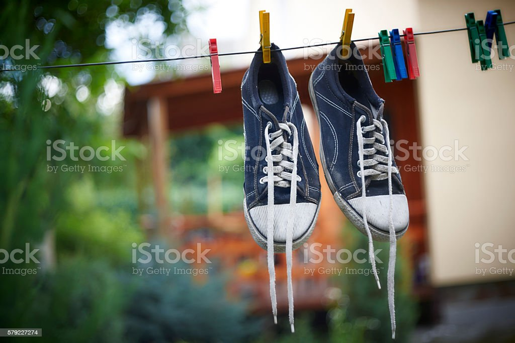 Black sneakers are hanging on a clothesline – Foto