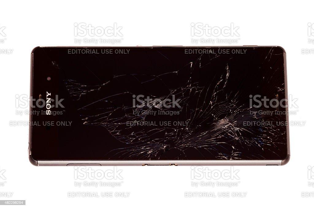 Black Sony Xperia Z3 Smartphone mit gebrochenen Bildschirm isoliert – Foto