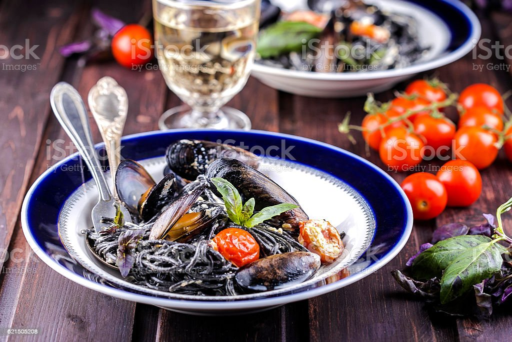 black spaghetti with mussels Lizenzfreies stock-foto