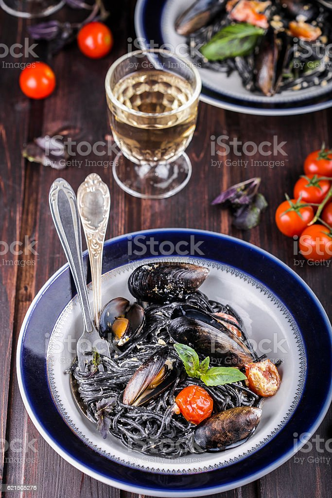 black spaghetti with mussels photo libre de droits