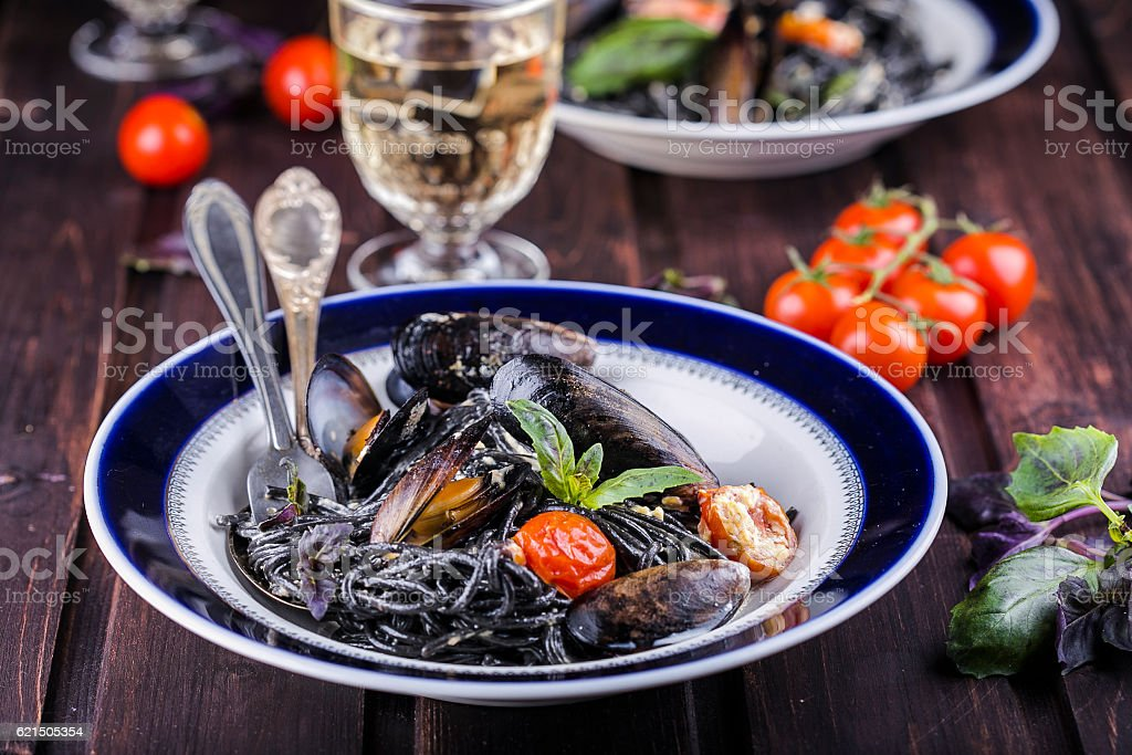 black spaghetti with mussels foto stock royalty-free