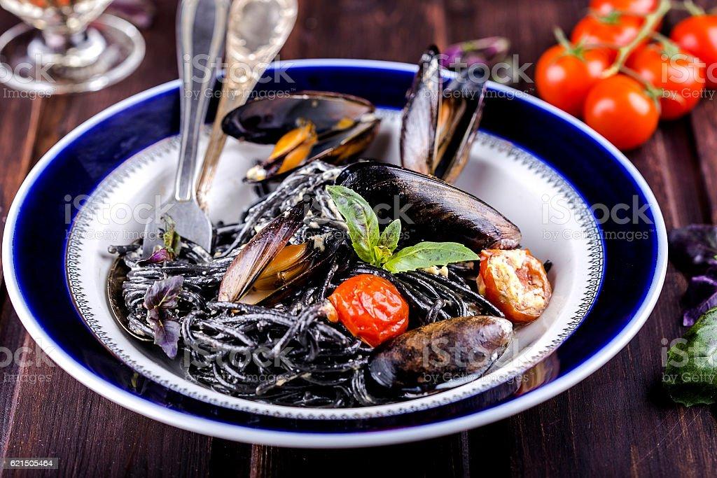 black spaghetti with mussels Lizenzfreies stock-foto