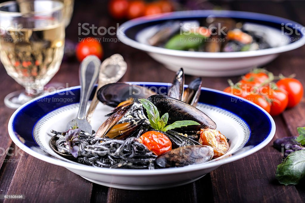 black spaghetti with mussels photo libre de droits