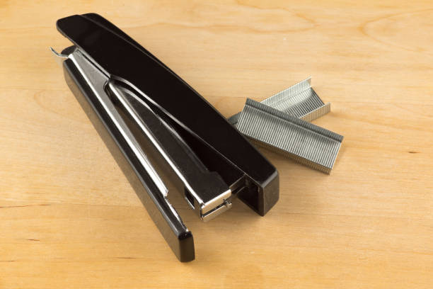 black stapler with paper clips – zdjęcie