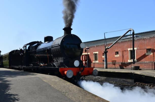 Schwarze Dampfmaschine an einer Station. – Foto