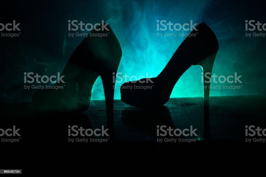 Daim noir talon haut Chaussures femmes sur fond de brouillard sombre tonique. Bouchent. Pouvoir des femmes ou femmes domination concept. - Photo de A la mode libre de droits