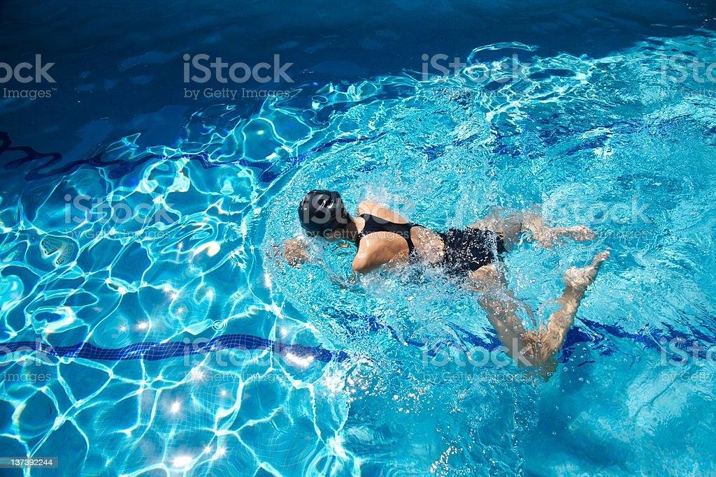Schwarzer Badeanzug Frau Schwimmen Sie Bahnen im blauen Wasser pool – Foto