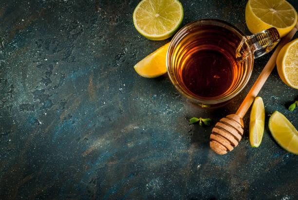 schwarzer tee mit zitrone und minze - heiße zitrone stock-fotos und bilder