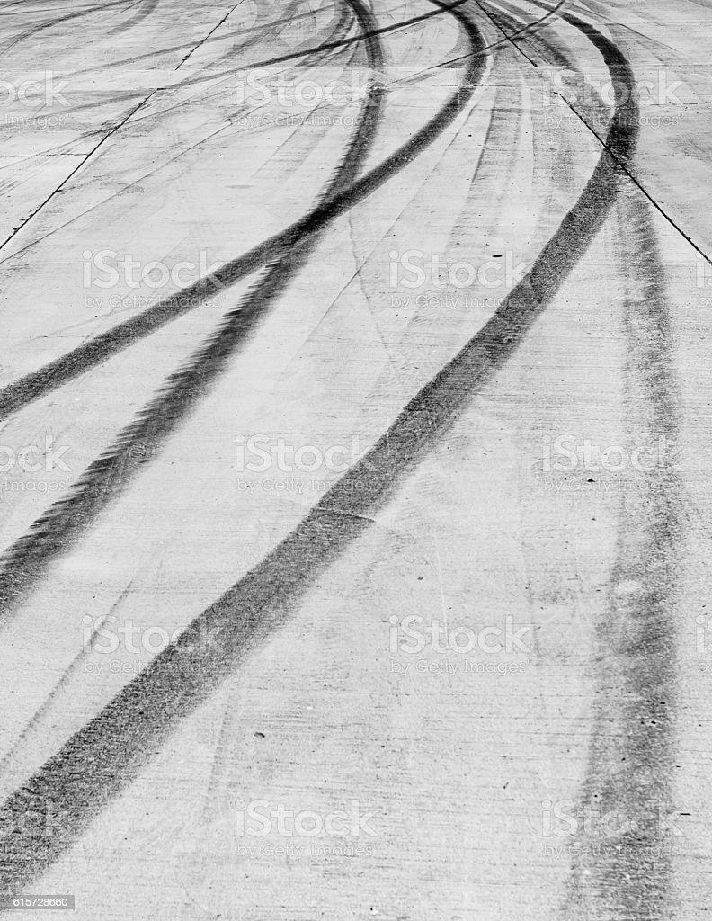 black tire tracks skid on road – Foto