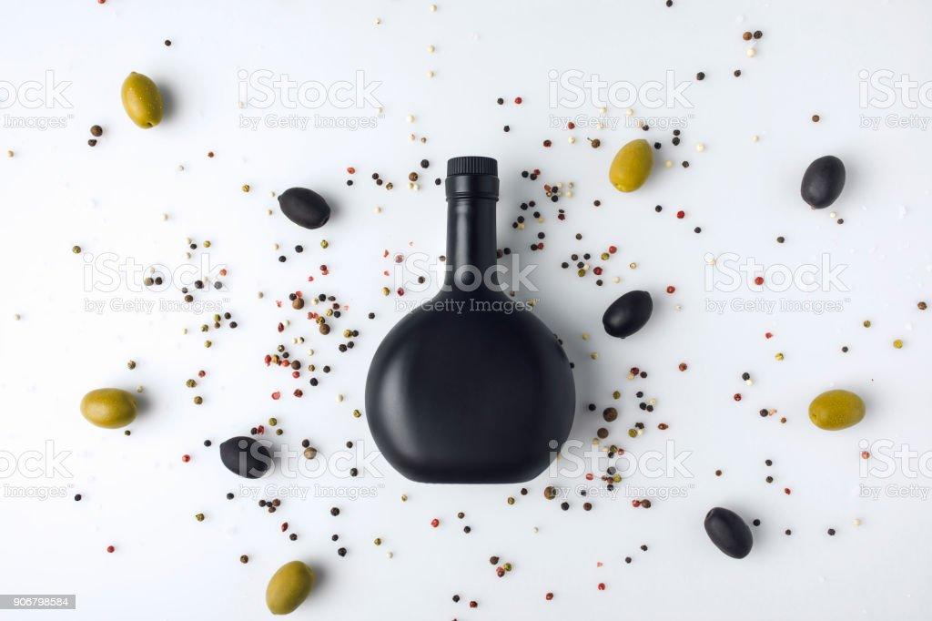 garrafa de vidro preto tonificado - foto de acervo