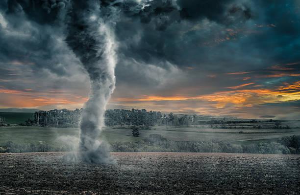 preto tornado funil em campo durante trovoada - tornado - fotografias e filmes do acervo