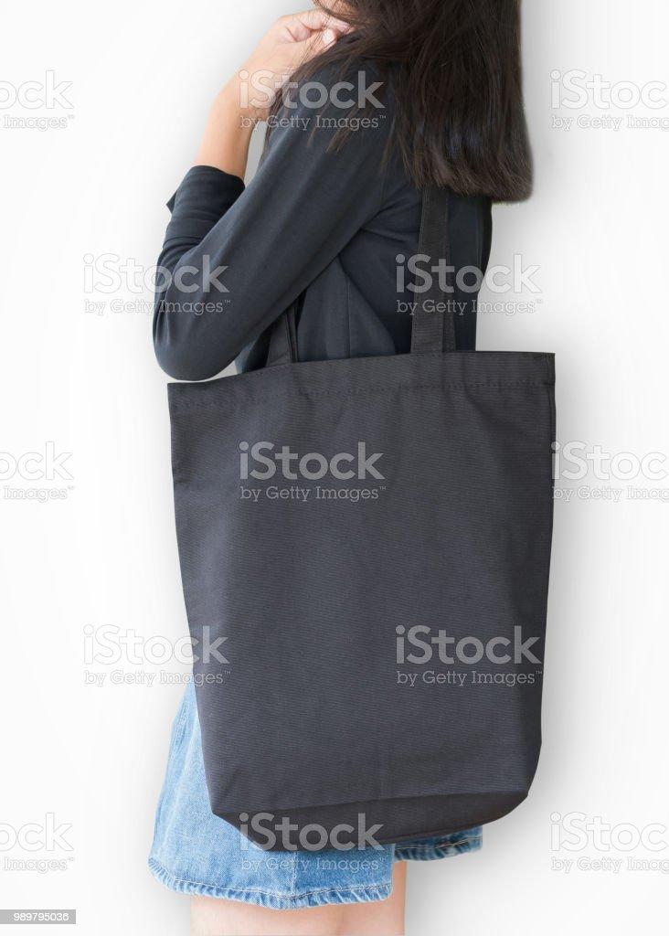 4f83a2e996ce2 Schwarze Tasche Modell Vorlage Baumwolle Stoff Leinwandstruktur auf Mädchen  Schulter (isoliert mit Beschneidungspfad) auf