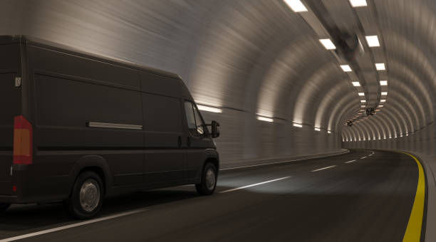 Schwarzer Van geht durch einen leeren Tunnel – Foto