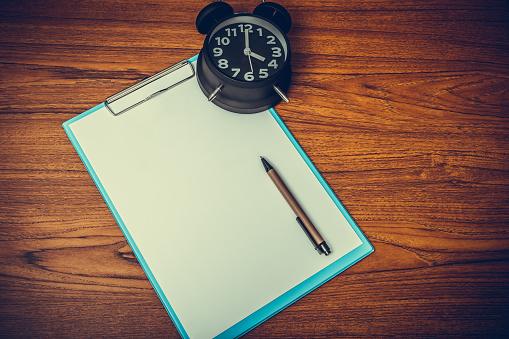 Zwarte Vintage Wekker Met Klembord En Blanco Wit Papier En Pen Kopie Ruimte Voor Uw Tekst Toevoegen Op Tijd Of Over Tijd En Termijn Concept Werken Stockfoto en meer beelden van Accountancy