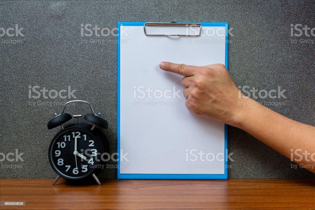 Zwarte vintage wekker met Klembord en leeg Witboek kopie ruimte voor uw tekst toevoegen, op tijd of over tijd en termijn concept werken. - Royalty-free Accountancy Stockfoto
