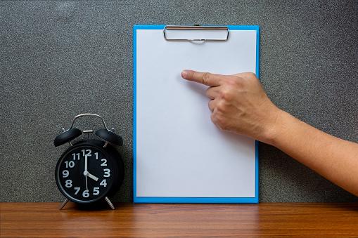 Zwarte Vintage Wekker Met Klembord En Leeg Witboek Kopie Ruimte Voor Uw Tekst Toevoegen Op Tijd Of Over Tijd En Termijn Concept Werken Stockfoto en meer beelden van Accountancy