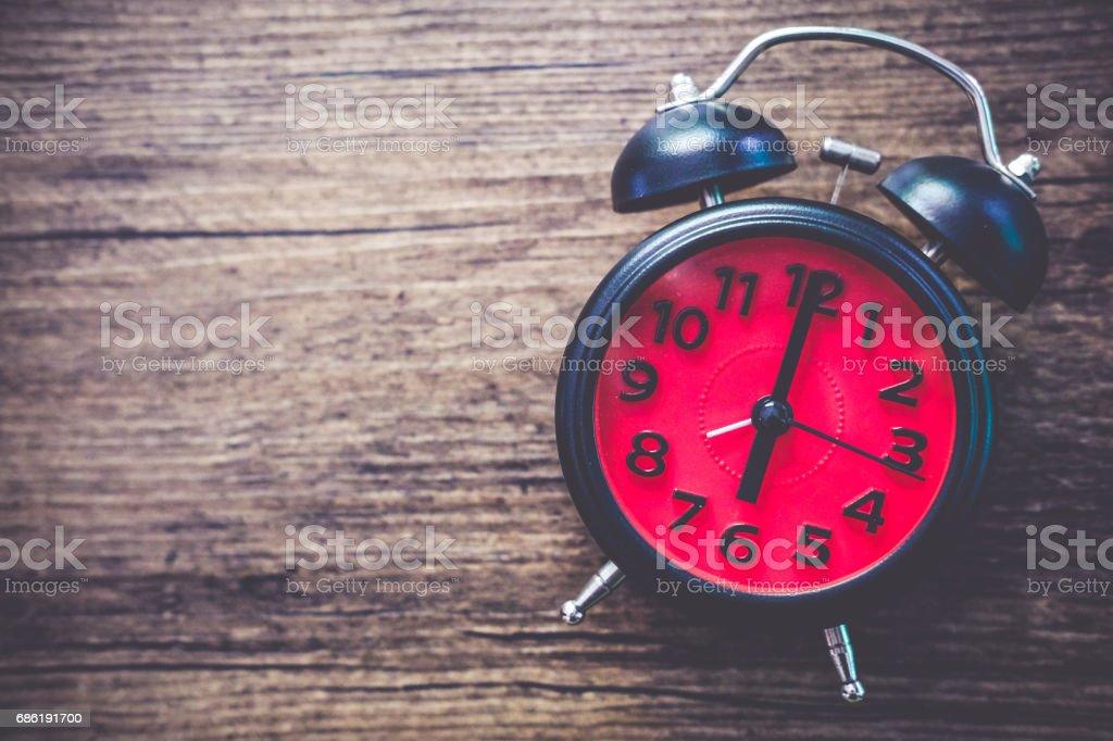 Schwarz Vintage Uhr mit roten Uhr auf 06:00 auf hölzernen Hintergrund – Foto