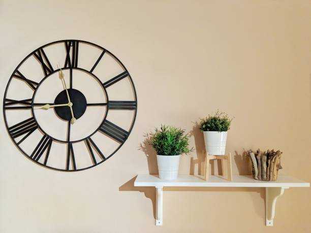 reloj de pared negro con decoración - wall clock fotografías e imágenes de stock