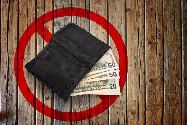 Schwarze Brieftasche und einige Dollar-Banknoten – Foto