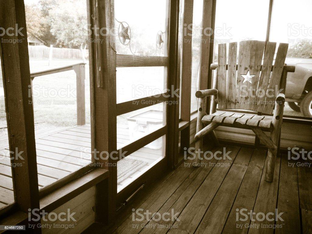 Schwarzweißbild Von Einem Leeren Stuhl Auf Einem Abgeschirmten ...