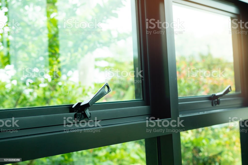 Black Window Latch Handle - Zbiór zdjęć royalty-free (Aluminium)