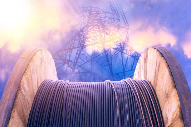 Schwarzes Kabel Elektrokabel mit hölzernen Spule Elektrokabel unter freiem Himmel. – Foto