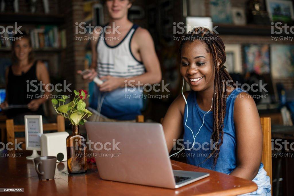 Femme noire à l'aide d'ordinateur portable - Photo