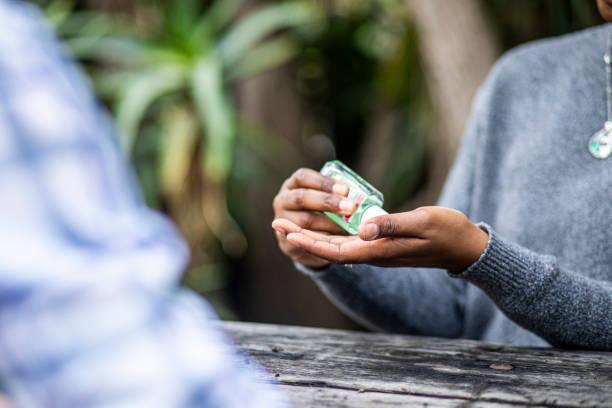 Schwarze Frau mit Hand-Sanitizer Hände waschen – Foto
