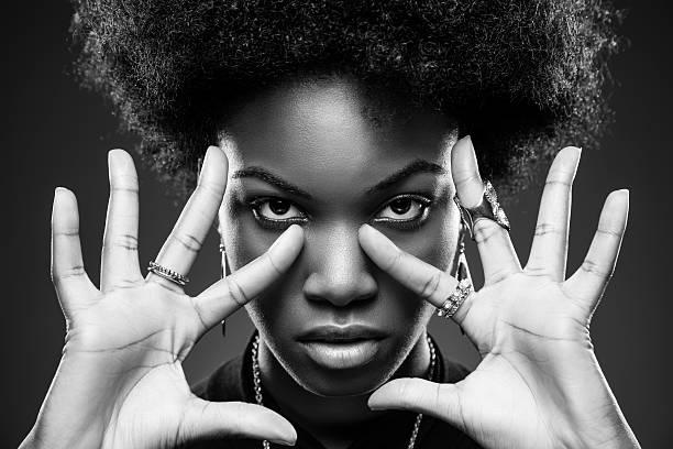 femme noire, coiffure afro - black beauty photos et images de collection
