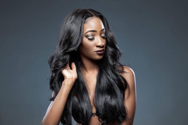 Schwarze Frau mit lange luxuriöse glänzendes Haar – Foto