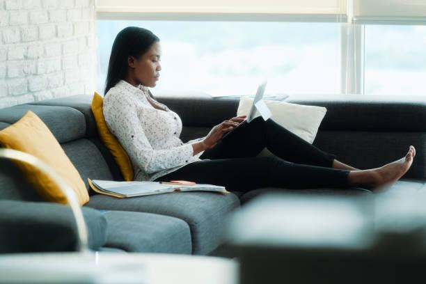Schwarze Frau arbeiten von zu Hause mit Laptop-Computer – Foto
