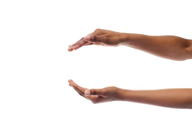schwarze frau hände halten etwas isoliert auf weißem hintergrund - übergeben stock-fotos und bilder