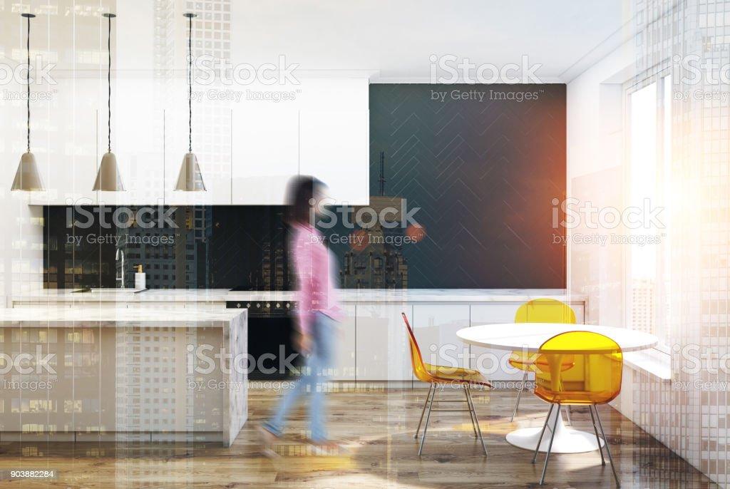 Schwarze Kuche Aus Holz Gelbe Stuhle Verschwommen Stockfoto