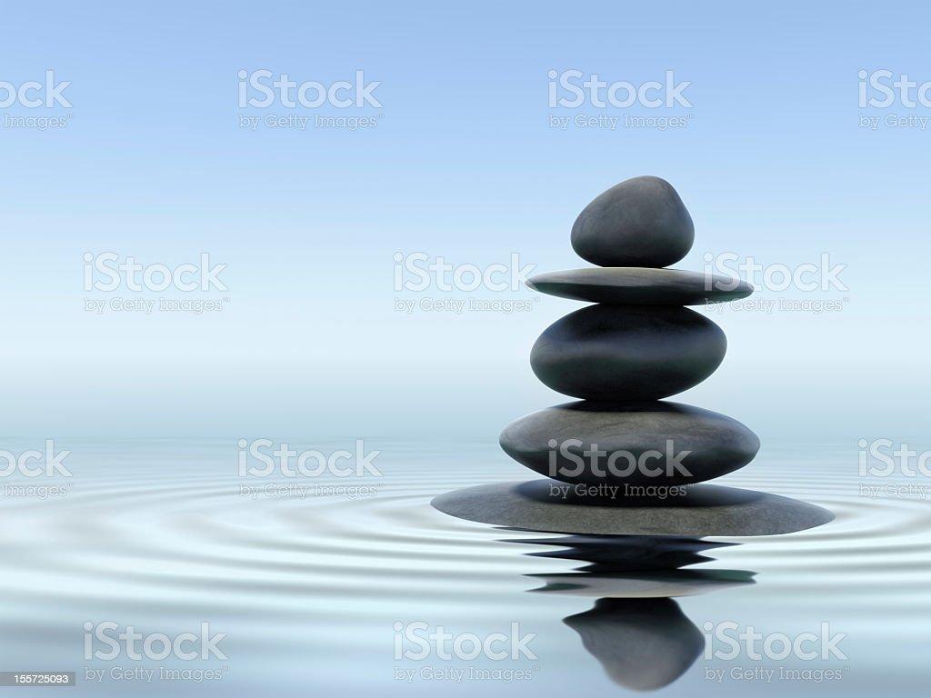 Negro zen piedras en el agua superficiales - foto de stock