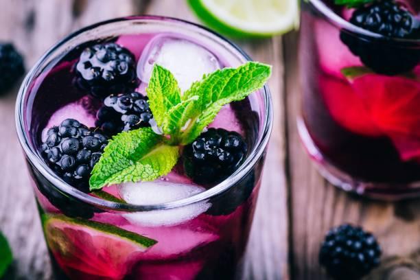 BlackBerry smash kühlen cocktail mit Limette und Minze – Foto