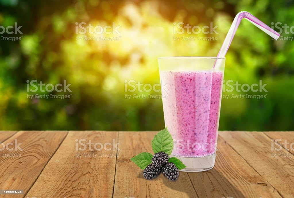 blackberry smoothie in glass zbiór zdjęć royalty-free