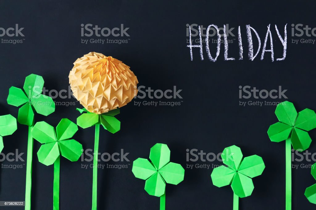 Blackboard background with origami flowers photo libre de droits