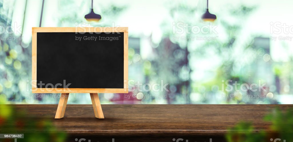 Tafel Menü auf dunkle braune hölzerne Tischplatte mit unscharf Fenster der Coffee-Shop, Mock Vorlage für Anzeige oder Montage Ihres Designs, Banner für Werbung des Produktes, Panorama-Blick. – Foto