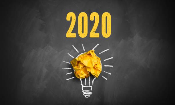 Tafel mit Botschaft 2020 und zerknittertem Papier symbolisiert eine Idee – Foto