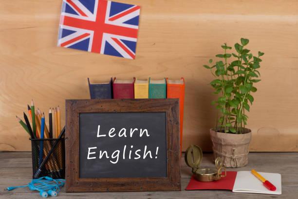tableau noir avec le texte «learn english!», drapeau du royaume-uni - langue anglaise photos et images de collection