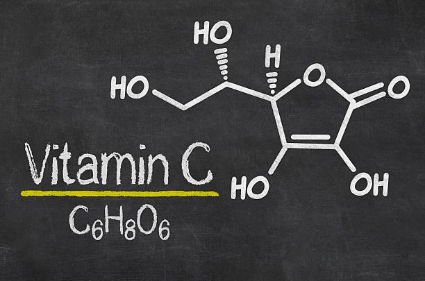 blackboard with the chemical formula of vitamin c - vitamine c stockfoto's en -beelden