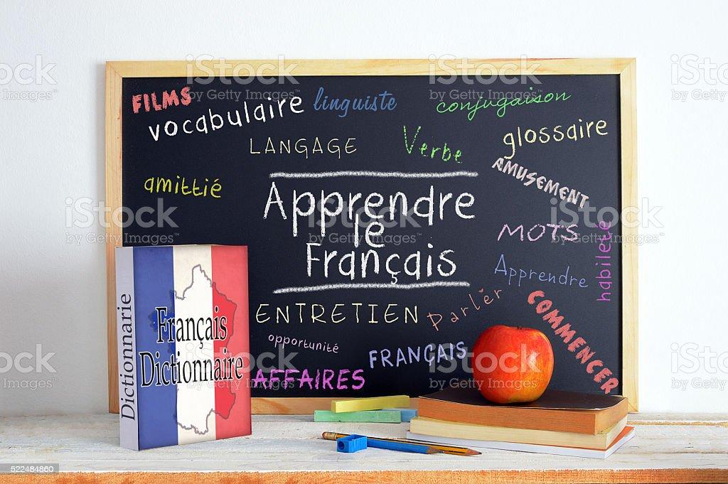 Tableau noir avec le message apprendre français - Photo